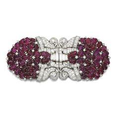Ruby y diamante doble clip de broche, 1930 Compuesto de dos clips de diseño palmeta, con rubíes talladas y acentuado por motivos de desplazamiento, ajuste con baguette y diamantes talla brillante, con broche desmontable apropiado.