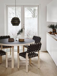 Black is often avoided in interior decoration but there's no reason to do so! Instead of making the home gloomy, dark furniture and details add structure to fair decor. In honour of Black Friday, we listed eight ways to decorate with black. Black Dining Chairs, Wooden Dining Tables, Side Chairs, Dark Furniture, Furniture Design, Black And White Dishes, Modern Interior, Interior Design, Black Side Table
