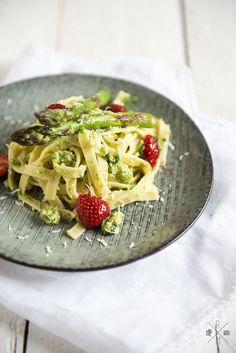 Bandnudeln mit Pesto aus grünem Spargel und Balsamico Erdbeeren | relleomein.de #Pesto #grünerSpargel #Nudeln #vegetarisch  #thermomix