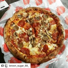 #Repost @brown_sugar_69_ with @repostapp For all the lovers come to kratepizza.... #kreatepizza like subway but pizza style @kreatepizza #pizzaporn #lafoodjunkie