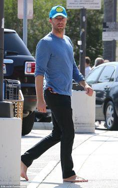 En el oeste: Mientras tanto, Beau de encendido y apagado de Jennifer, Chris Martin, fue descubierto en Malibú, California, el sábado