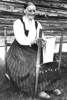 Digitalt Museum - Fra Anna Grostøls samlinger. Antagelig Lesja, Oppland 1934. Kvinne i arbeid ved sprangramme. Norsk Folkemuseum