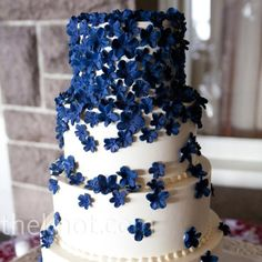 I love the detail of the tiny flowers! <3 It's also neat how the flowers are all clustered on the top tier and disperse as they go down! This is one of my favorites! (Not big on REAL flowers on the cake, but I like the small edible ones!)