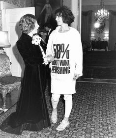 """Margaret Thatcher meets Katharine Hamnett who is wearing her slogan t-shirt which said don't want pershing"""", Katharine Hamnett, 80s Fashion, Fashion History, Fashion Outfits, Fashion Trends, British Fashion, Fashion Videos, Daily Fashion, Fashion News"""