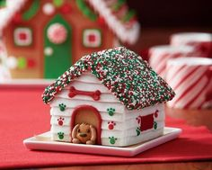 Make gingerbread house lights out of almond M&ms and Mike and Ike candies Have a roaring fire with spice drop candies and some pretzel sticks Dip grape stems in chocolate and make realistic trees with the results Create decorated Christmas trees with upside-down waffle cones Add a smiling snowman made of marshmallows and other treats …