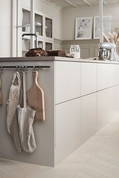 Scandinavian kitchen style is well-known for its simple appearance. the vibe of your kitchen, buying a contemporary table as furniture would Kitchen Interior, Interior Design Living Room, Kitchen Decor, Beige Kitchen, Classic White Kitchen, Kitchen Modern, Cuisines Design, Bedroom Vintage, Küchen Design