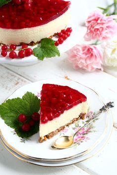 Herkullinen punaherukka-juustokakku - Suklaapossu Funny Cake, Just Eat It, Sweet Pastries, Pretty Cakes, Celebration Cakes, Cheesecakes, Yummy Cakes, Junk Food, Sweet Treats