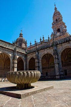 La FUENTE DEL PARAÍSO que se menciona en el Códice Calixtino, está actualmente en el patio del Claustro de la Catedral. Lo que se conserva es la taza. En ella realizaban los peregrinos un baño ritual antes de entrar en la Catedral, el anuncio de su intención de obtener su purificación espiritual en el interior. En la Edad Media estaba situada en la Plaza del Paraiso (actual Azabachería), puerta de entrada de la Via Francígena a la basílica. Se construyó en 1122.