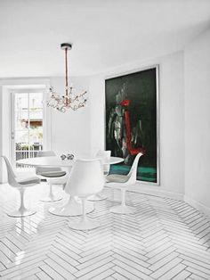 Så skønt kan man bo i Kartoffelrækkerne Tulip Dining Table, Dining Table Chairs, Dining Rooms, Saarinen Table, Dining Area, Herringbone Tile Pattern, Herringbone Floors, White Wood Floors, Ingo Maurer