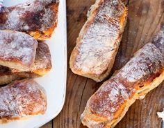 Dejen er hurtigt rørt sammen aftenen før, og skal bare stå i køleskabet natten over. Så har du nemt fremtryllet nybagt brød til brunchen.