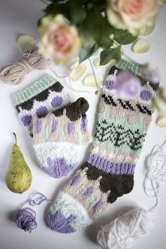 © Tiina Arponen, MUITA IHANIA, One morning before Christmas I felt I'd fancy a new pair of woolen socks, even though I really didn't need one. Fair Isle Knitting, Knitting Socks, Knitted Hats, Knitting Projects, Knitting Patterns, Crochet Patterns, Knit Cowl, Knit Crochet, Woolen Socks