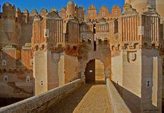 Castillo de Coca – España! enhanced-buzz-wide-25822-1370465134-2 Este castillo fue construido en el sitio de la antigua Cauca, el lugar de nacimiento del emperador romano Teodosio. El castillo ahora sirve como una escuela de formación para los técnicos forestales.