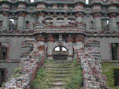Замок находится на острове Поллепел на реке Гудзон в 50 милях от Нью-Йорк Сити. Его история – история катастроф и бедствий.