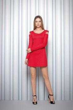 Vestido de moletinho nas cores vermelho e preto.