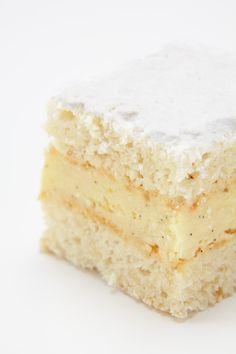 Misérable is een gebakje met lekkere vanille boterroom tussen twee lagen biscuit waarin amandelen verwerkt zijn.