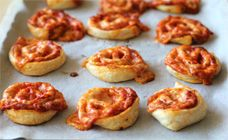 5 ingredient (and super fast) pizza wheels. Perfect for lunch boxes or snacks on the go.