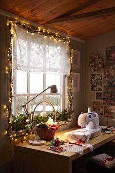 24 ideias para decorar as janelas neste Natal Decor, Decor Design, Home Decor, Room Inspiration, Shed Interior, Fairy Lights, Sewing Studio Space, Craft Room, Craft Shed