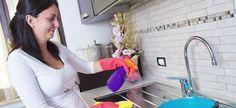 Δείτε πώς θα καθαρίσετε τέλεια ακόμα και τα πιο δύσκολα σημεία της κουζίνας:   Τα ντουλάπια της κουζίνας Τα ντουλάπια της κουζίνας, τα οποία συχνά πιάνονται με λερωμένα από τροφές χέρια, συγκεντρώνουν συχνά βρώμικα λίπη. Για να τα καθαρίσετε αναμείξτεένα μέρος σπορέλαιο με δύο μέρη μαγειρικής σόδας, έτσι ώστε να σχηματιστεί πάστα. Στη … Cleaners Homemade, Home Hacks, Better Homes, Organization Hacks, Getting Organized, Clean House, Housekeeping, Home Deco, Cleaning Hacks