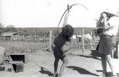 Claude Lévi-Strauss photographie un indien Nambikwara montrant la technique du tir à l'arc (Mato Grosso, Brésil, 1938