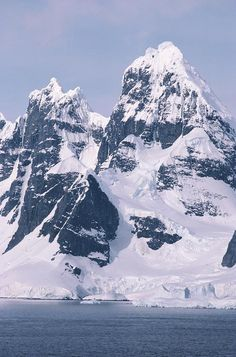 ✮ Snow-covered mountains on Wienke Island, off the Antarctic Peninsula