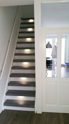 Trendy betonlook trap in combinatie met ledverlichting House Stairs, Facade House, Hallway Inspiration, Hallway Ideas, Stair Renovation, Ohio House, Modern Entrance, Modern Stairs, Painted Stairs