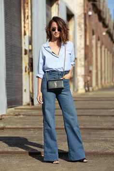 Wide leg jeans trend is coming back on streets this season as they are on huge demand by women over Outfit Chic, Outfit Jeans, Denim Cullotes Outfit, Denim Fashion, Star Fashion, Fashion Outfits, Womens Fashion, Frock Fashion, 2000s Fashion