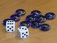 (0.-2.lk) Tässä noppapelissä harjoitellaan lukujen vertailua ja päässälaskua. Pelaajat saavat timatteja/timatteja sovittujen sääntöjen heittämiensä silmälukujen mukaisesti. Numbers 1 10, Montessori Activities, Math For Kids, Math Games, Teaching Math, Nespresso, Preschool, Beaded Bracelets, Raha
