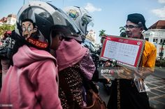 man-show-traditional-javanese-alphabet-known-as-aksara-jawa-in-on-9-picture-id600361098 (1024×681)
