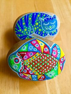 Cats and fish on rock painting Mandala Painted Rocks, Painted Rocks Kids, Painting Words, Painting Videos, Fish Garden, Rock Painting Ideas Easy, Cat Paws, Easter Crafts, Diy For Kids