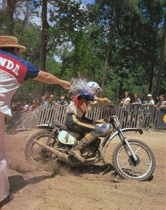 Big Don helping his son Gary stay cool Motocross Action, Motorcross Bike, Motocross Riders, Motorcycle Racers, Motorcycle Art, Vintage Motocross, Vintage Racing, Honda Motorcycles, Vintage Motorcycles