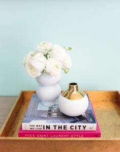 Bright and airy home decor featuring fresh blooms! http://www.stylemepretty.com/living/2016/03/10/peek-inside-whitney-ports-beach-inspired-home/ Photography: Tessa Neustadt - http://tessaneustadt.com/