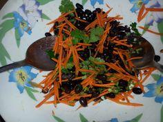 Ensalada de porotos negros y zanahorias hecha con mis manitos