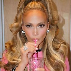 J Lo is known for her style, good looks and talent. Jennifer Lopez fashion style is amazing. Jennifer Lopez hair style and dance moves make her our WCE! Jlo Makeup, Hair Makeup, Maquillage Jlo, Jennifer Lopez Hair Color, Jennifer Lopez Makeup, Jennifer Lopez Body, Les Rides, Look At You, Ponytail