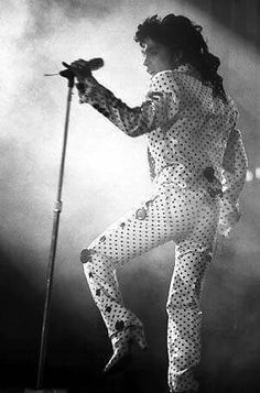 Never before seen Lovesexy tour photos! Back when his tailors were skilled at creating his outfits, narrow trousers, no bellbottoms or flimsy material, super sharp looking custom outfits! Sheila E, The Artist Prince, Roger Nelson, Prince Rogers Nelson, Purple Reign, Beautiful One, Photo Archive, Prince Charming, Going Crazy
