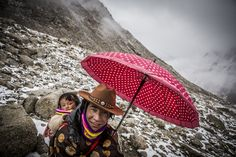 """Shishapangma Ski Challenge 2013"" was the first event of the five-year project called Hic Sunt Leones.. photo: Marcin Kin Photography #suntleones #shishapangma #man #child"
