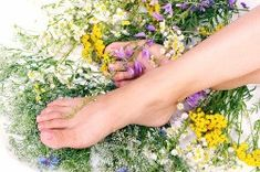 Foot scrub: 2 drops essential oil and 2 T sugar OR one mashed avocado with almond oil & cornmeal in proportion. Massage into feet. Wash and then moisturize. Health Guru, Health Class, Health Trends, Health Tips, Womens Health Magazine, Hair And Makeup Tips, Pregnancy Health, Fit Pregnancy, Healthy Women