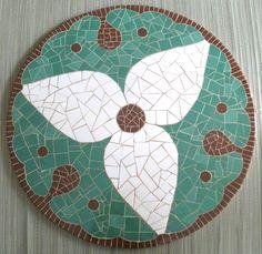 Tampo de mesa em mdf, com mosaico em cerâmica, medindo 75cm.