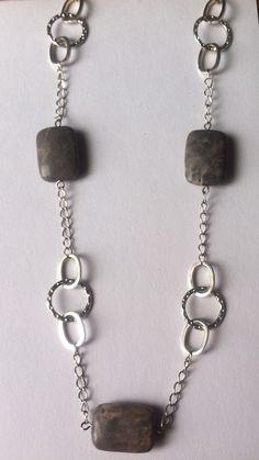 Collar largo mineral gris con material plata. Joyería Be Original.