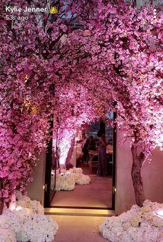 http://www.cosmopolitan.co.za/celebrities/celebrity-news/kim-kardashian-just-threw-extravagant-baby-shower