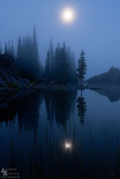 """tulipnight: """" Morning Moon, Sparks Lake… by Andrew Kumler """" Beautiful Moon, Beautiful World, Beautiful Places, Beautiful Pictures, Image Nature, All Nature, Espanto, Belle Photo, Night Skies"""