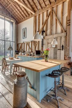 Farmhouse kitchen design appealing because captivate the senses with elements of an earlier and simpler. See the best decorating ideas for your kitchen layout impressive. Country Chic Kitchen, Rustic Country Kitchens, Rustic Kitchen Design, Country Farmhouse Decor, Farmhouse Kitchen Decor, Interior Design Kitchen, Bedroom Country, Country Interior, Interior Modern
