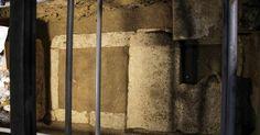 Una nuova scoperta potrebbe far luce sul mistero della tomba antica più vasta mai rinvenuta in Grecia. Uno scheletro è stato trovato dagli archeologi che sono al lavoro sul sito funerario di Anfipoli, nel nord-est del Paese, a circa 100 chilometri da Salonicco. Resta ancora da accertare l'identità dell'ospite, sicuramente un reale macedone. Diverse le ipotesi avanzate: da Roxanna…