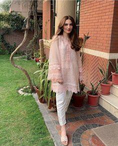 Pakistani Casual Wear, Simple Pakistani Dresses, Pakistani Dress Design, Pakistani Outfits, Indian Outfits, Fancy Dress Design, Stylish Dress Designs, Stylish Dresses, White Saree Blouse