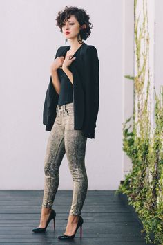 Modern and elegant. I like this girl's blog a lot, and I covet her hair!    KARLA'S CLOSET