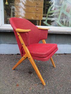 """Hyvännäköinen 50-luvun tuoli alkuperäisverhoilulla, joka on ehjä ja melko siisti, jotain kulumaa näkyvissä.  Tuoli on tukeva ja hyvä istua, istuimen tyyny on vaahtomuovia ja hiukan """"lysyssä"""", mutta on käyttökuntoinen.  Puuosissa näkyy ajan jälkiä. 120 euroa."""