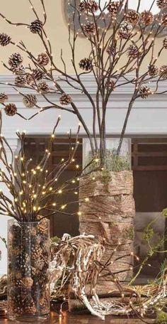 vases en verre décorés de pommes de pin et branches décoratives