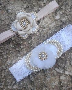 Faixa de elastico com laco de perolas com estras. Tambem podendo oPtar por tiara ou faixa de meia. valor refere-se a unidade. temos varias cores dispiniveis!