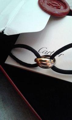 """Cartier - """"Trinity"""" 18 kt geel wit en rose gouden armband  18 kt wit geel en rose goud (750/1000)Zwarte satijnen bandUitstekende staat als nieuw.Code YH4989 gegraveerd op de binnenkant van de rose gouden ring net als het merk """"Cartier"""" en de gouden graadWordt geleverd met originele doos en certificaat van echtheidVerzending via Catawiki diensten(20 x 25 x 10-1)  EUR 1.00  Meer informatie"""