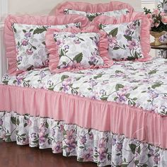 Portofino Light Pink Floral Bedspread Set in Cotton and Polyester Material Luxury Bedspreads, White Bedspreads, Draps Design, Bed Cover Design, Designer Bed Sheets, Floral Bedspread, Fitted Bed Sheets, Futon Bed, Shabby Chic Bedrooms