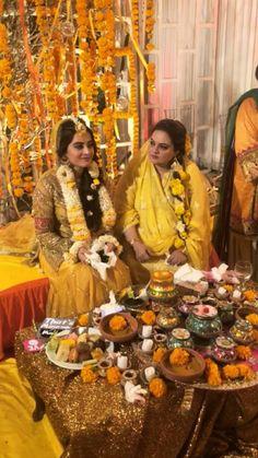 Bridal Mehndi Dresses, Pakistani Wedding Dresses, Wedding Dresses For Girls, Bridal Outfits, Mehendi Decor Ideas, Mehndi Decor, Desi Wedding Decor, Wedding Ceremony Decorations, Mehndi Outfit